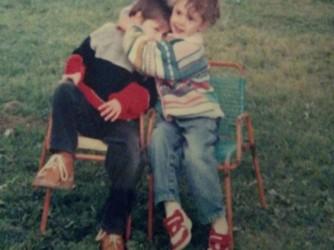 Giulia con il fratello Giacomo nel giardino dei nonni, trent'anni fa