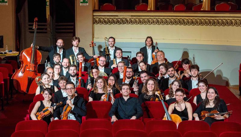 Enrico, al centro, con gli  orchestrali della Ildebrando Pizzetti