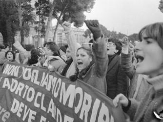 Una manifestazione pro aborto prima del referendum, bocciato, del 1981