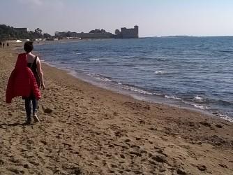 Diana ama passeggiare sul mare d'inverno
