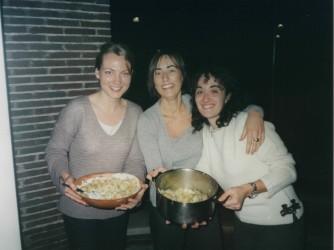 Parigi, 2000: Gaia, al centro,  a sinistra Metteline, una studentessa Erasmus olandese, e a destra Paola, Erasmus da Napoli