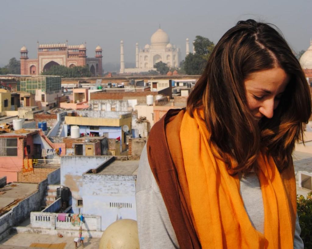 Ilaria durante il suo viaggio in India, sullo sfondo il Taj Mahal