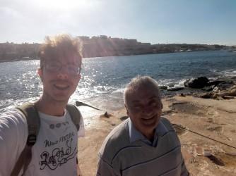 Nicola e Charlie, un pescatore maltese che la domenica mattina ama andare a pescare sull'Isola di Fort Manoel