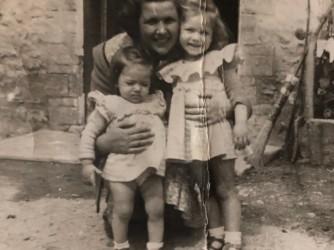 Lucia con sua madre e sua sorella