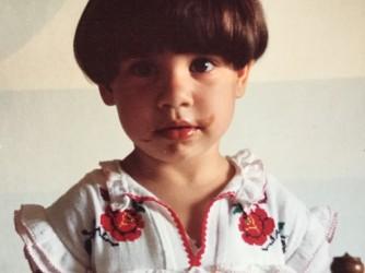 La figlia di Eleonora a tre anni, grandi occhi aperti sul mondo