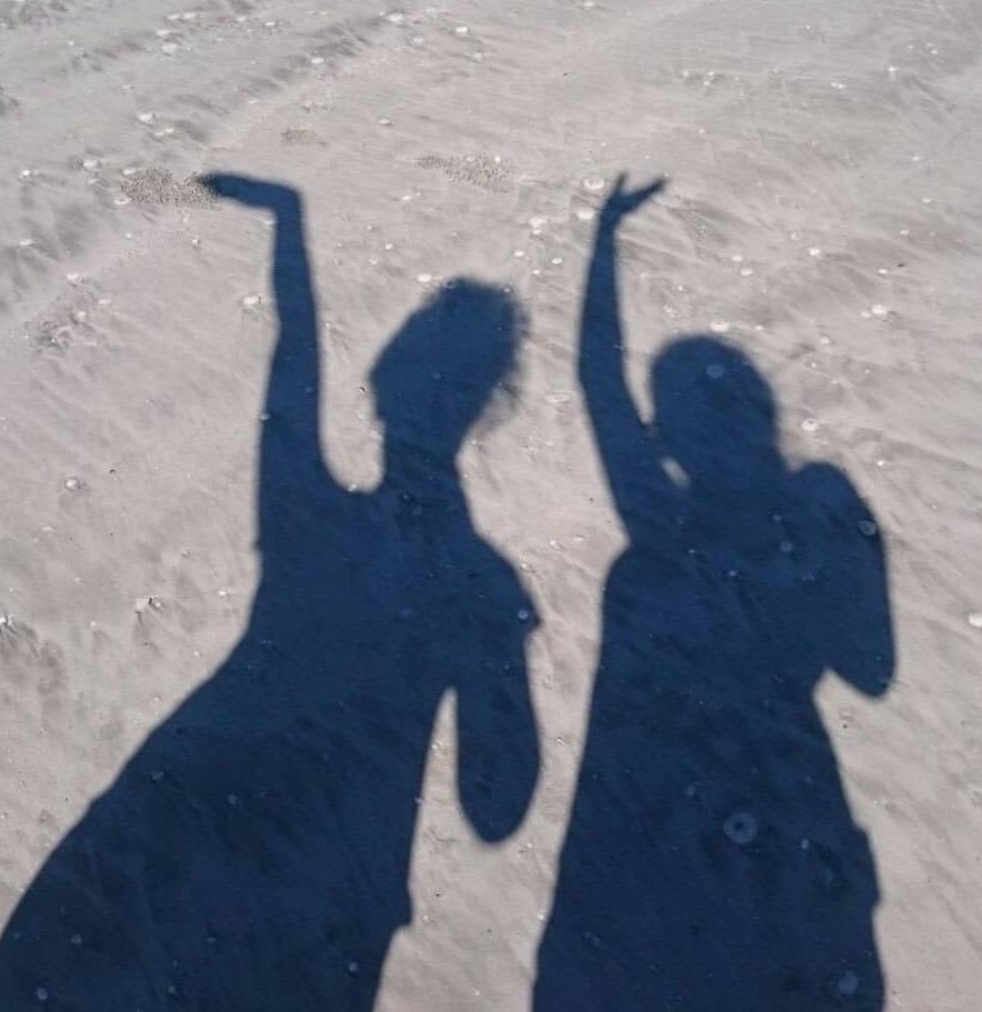 L'ombra di E. e di un'amica sulla spiaggia