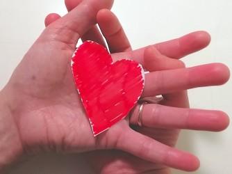 Le mani di Stella e del suo compagno intrecciate sotto a un cuore: il loro figlio perduto