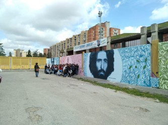 I ragazzi davanti ai murales di Scampia