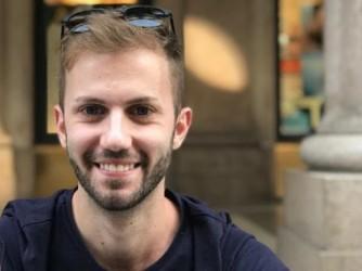 Davide coltiva un sogno: aprire un negozio di parrucchiere