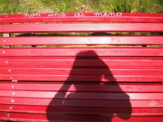 """""""Non una di meno"""" dice la scritta sulla panchina rossa vicino a casa di Gaia"""