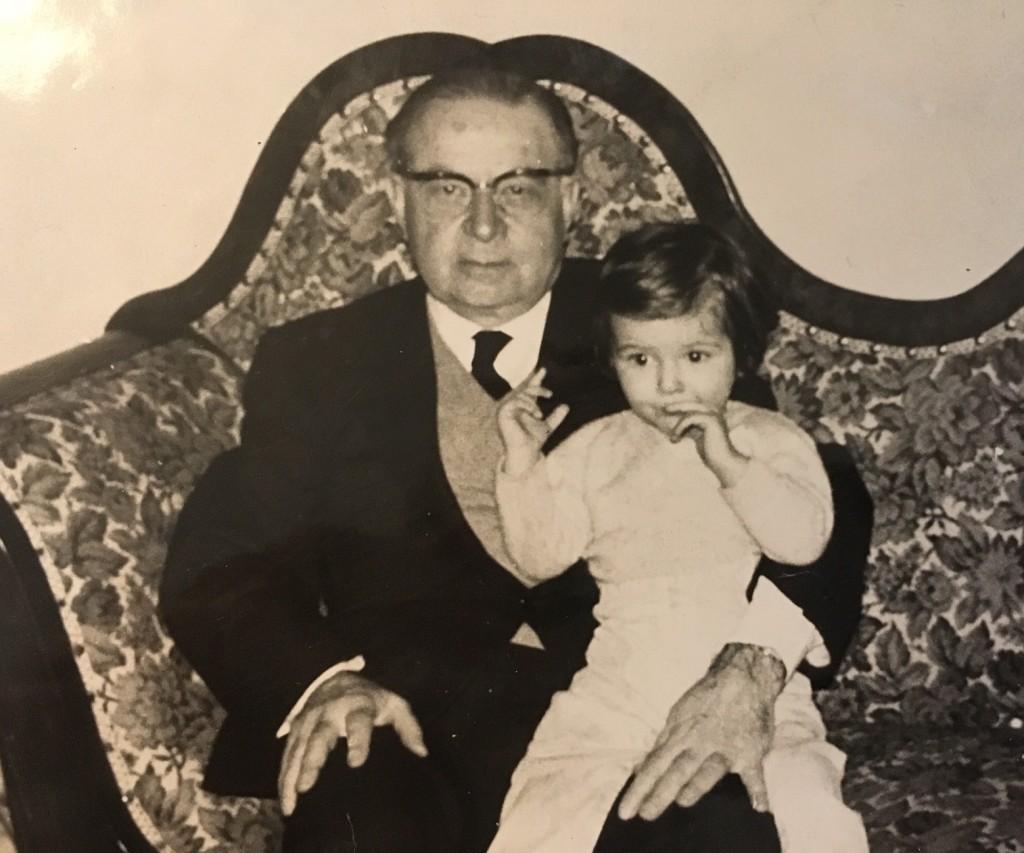 Siranoush in braccio a suo nonno Onnik fuggito dalla Turchia nel 1909