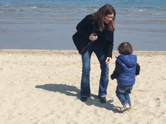 Anna con il figlio al mare