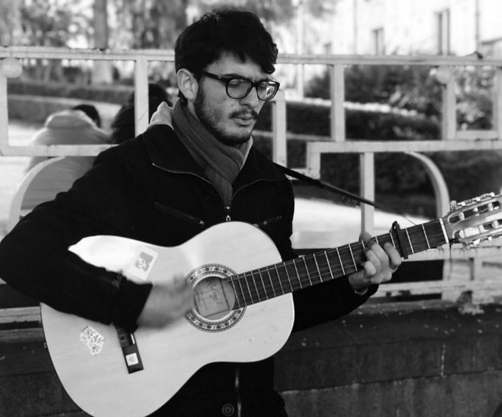 Massimiliano studia all'università e ama la musica e i libri