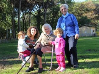 Francesca con le figlie Giulia e Sofia, la zia Anna (in piedi) e nonna Bruna