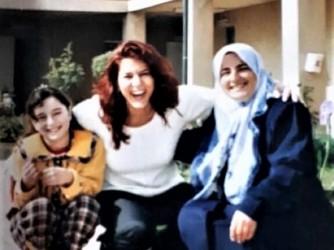 Donatella con due amiche curde in uno dei suoi viaggi in Kurdistan