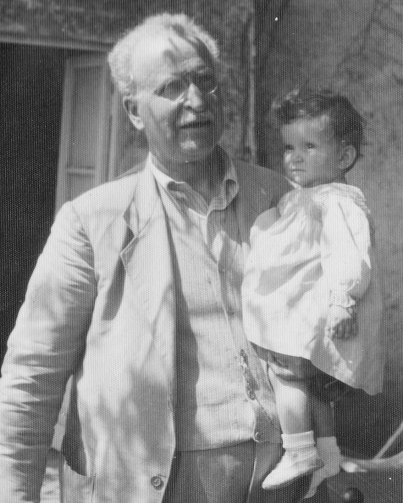 Ranieri Magini con in braccio sua nipote, Maria Grazia, sorella di Leonardo
