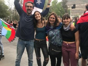 Leonardo con la moglie Michela e le figlie Isabel e Carmen alla manifestazione di Santiago