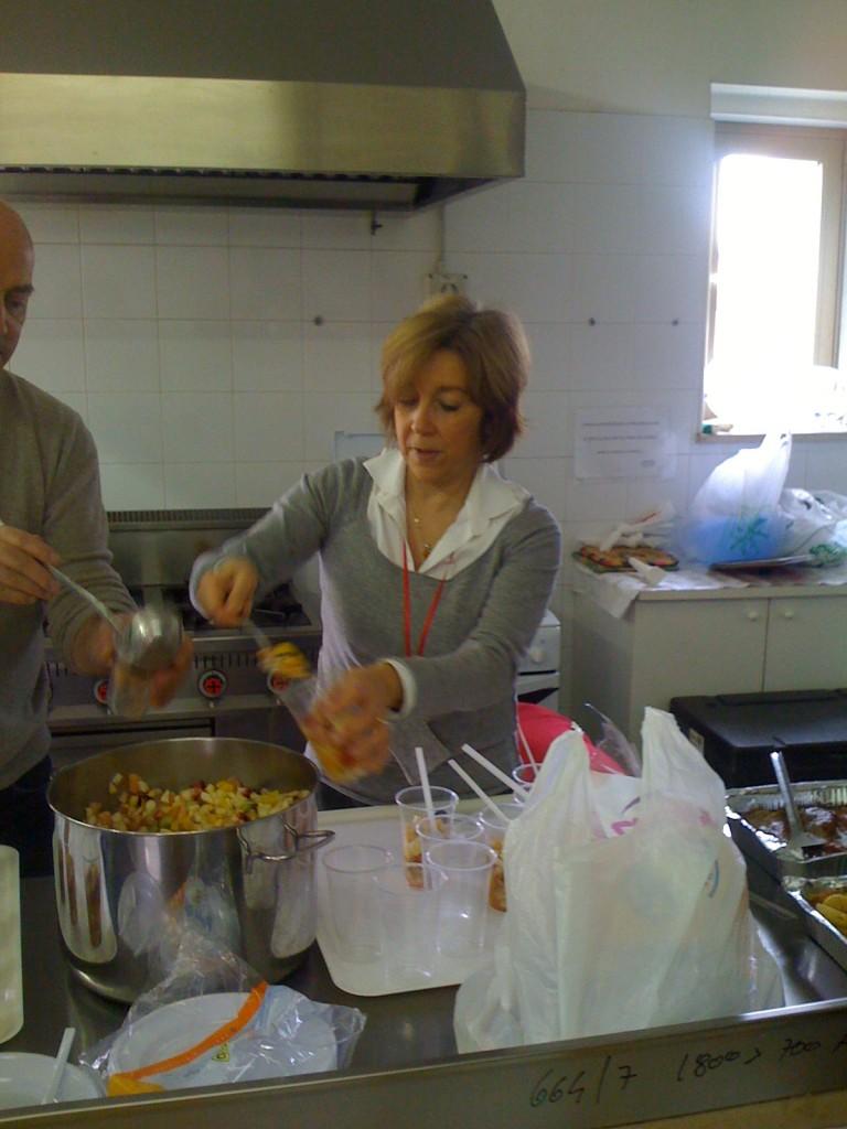 Maria Grazia volontaria in cucina in un centro anziani