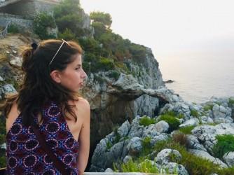 """Marta affacciata davanti all'Arco Azzurro. """"E' il mio mare"""", dice"""