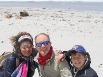 Danila, suo marito Giuliano e il figlio Niccolò su una spiaggia di Kangaroo Island, sullo sfondo un leone marino