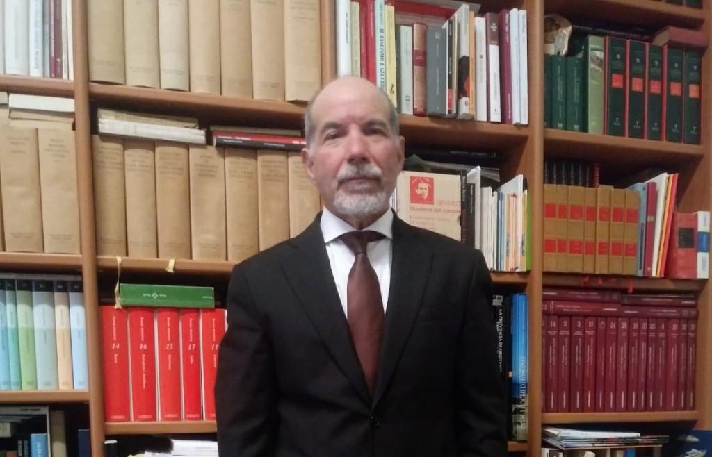 Gesuino nel suo studio di avvocato
