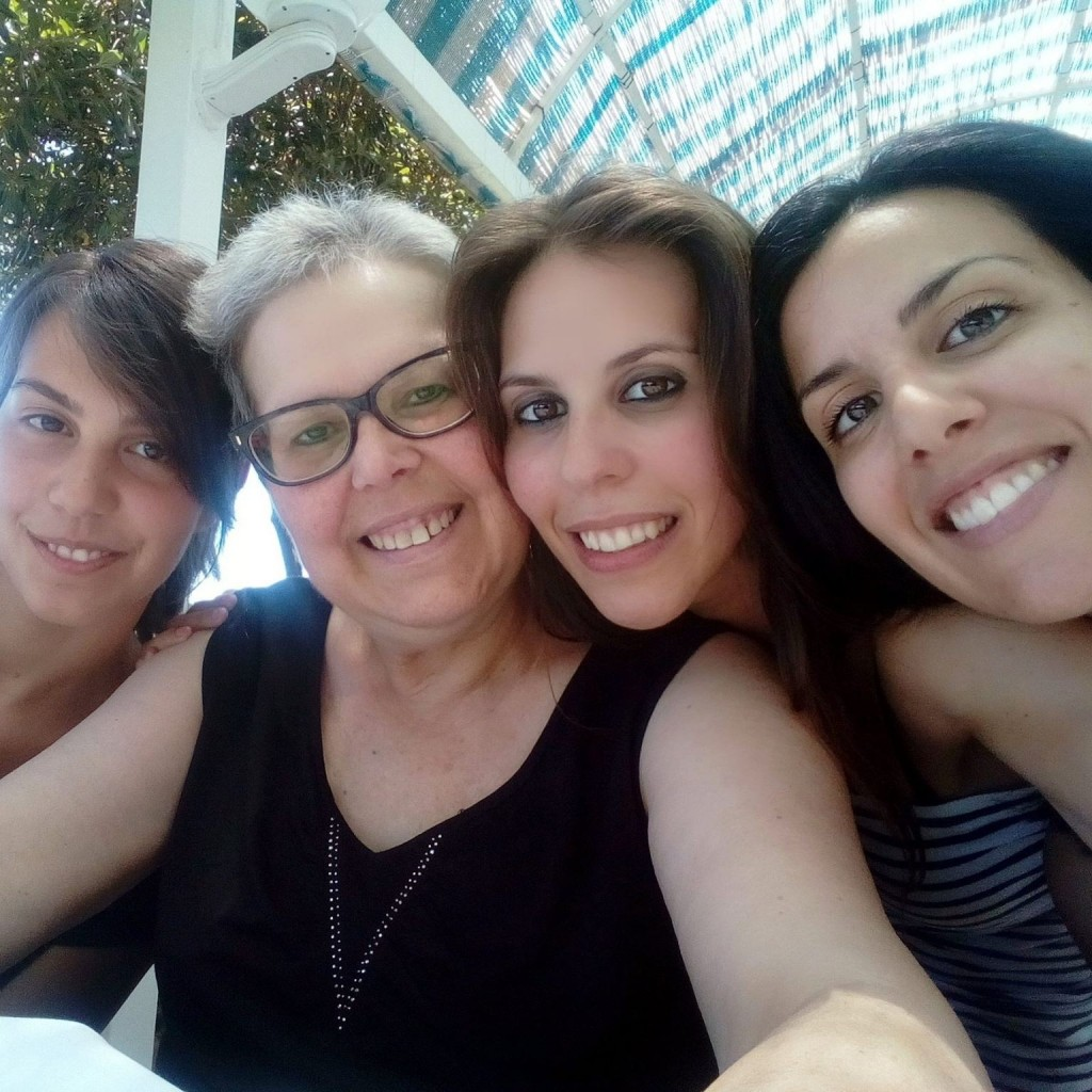 L'ultima estate insieme di madre e figlie. Da sinistra: Marika, la mamma Antonella, Sabrina e la sorella maggiore Francesca