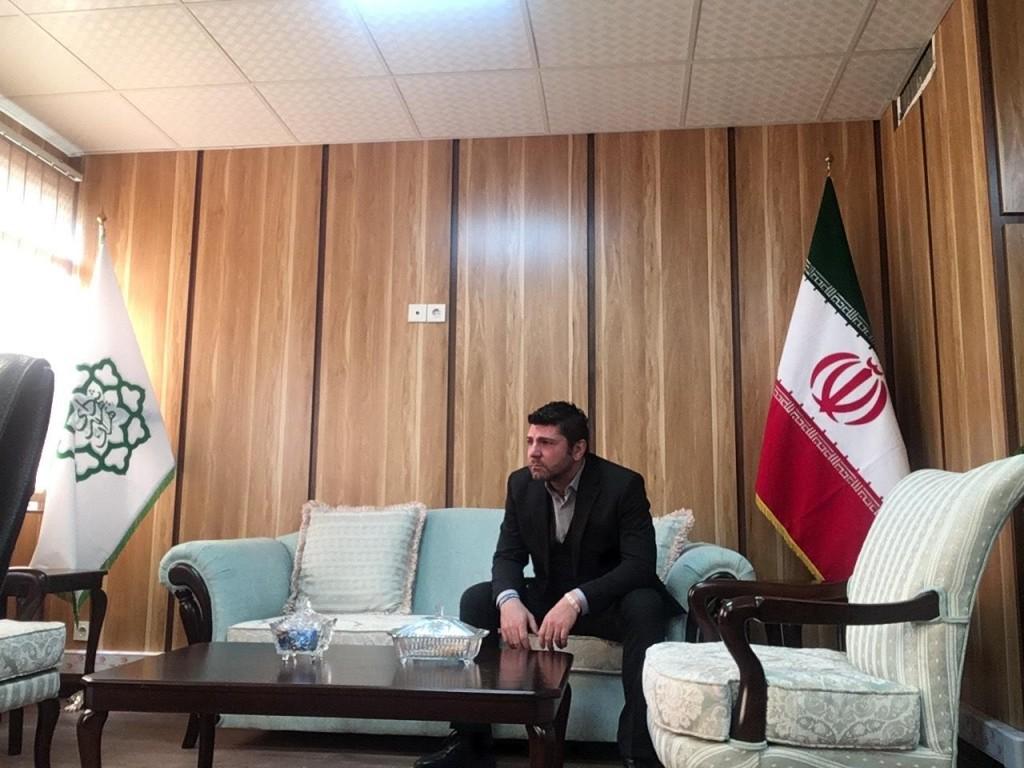 Fabio nell'ufficio per la cooperazione internazionale del Comune di Teheran