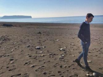 Vito cammina sulla spiaggia del suo paese in Calabria