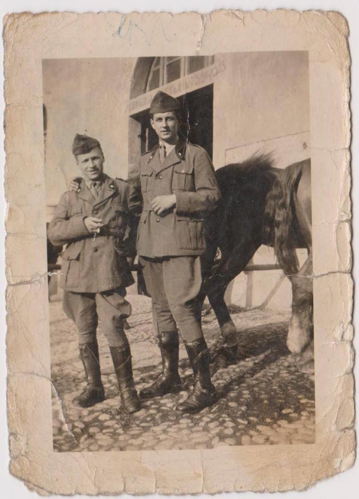 Liberato, a sinistra, con un commilitone durante la guerra