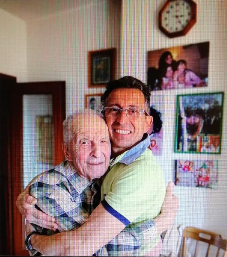 Primo con suo figlio Claudio, la foto con cui ha annunciato agli amici la scomparsa del padre