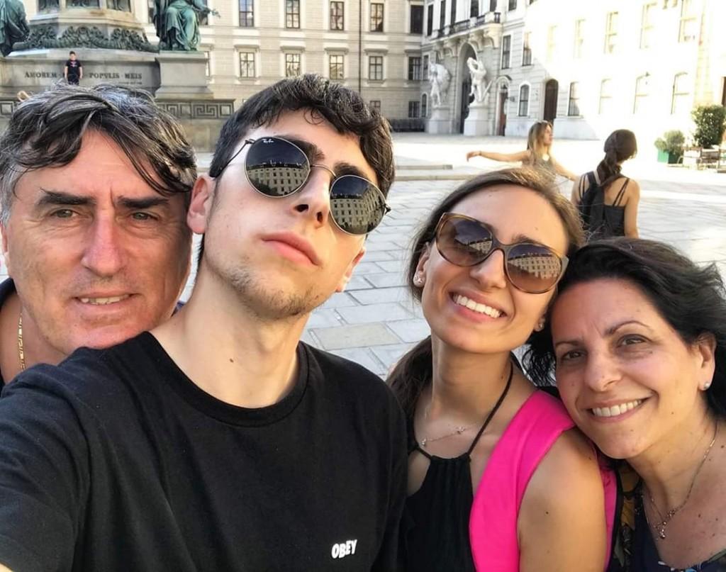 Giulia, con la mamma Valeria, il padre Eleuterio e il fratello Antonio