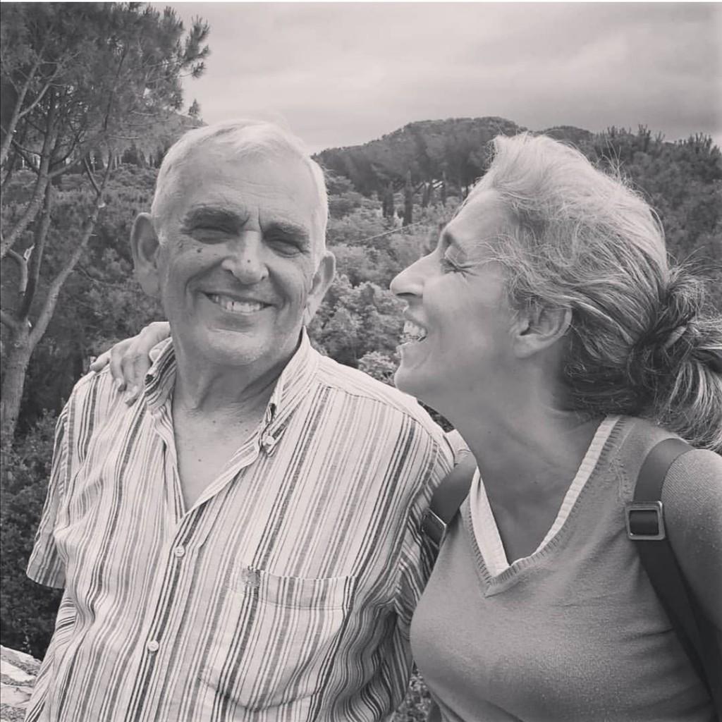 Carmen con suo padre Tonino. Lei e la sorella Luisa gli hanno messo nella bara due copie di Repubblica, il giornale che amava da sempre