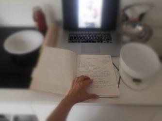 Rossana con il suo libro di ricette aperto sulla preparazione della pizza barese. Il suo lui è sullo schermo