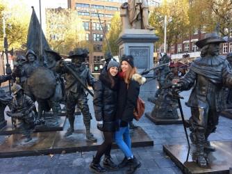 Laura, a destra nella foto, con la sua amica Elisa ad Amsterdam durante uno scambio con l'Olanda dove vorrebbe tornare a studiare dopo la laurea