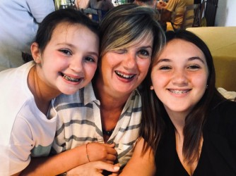 Laura con le figlie Caterina e Matilde