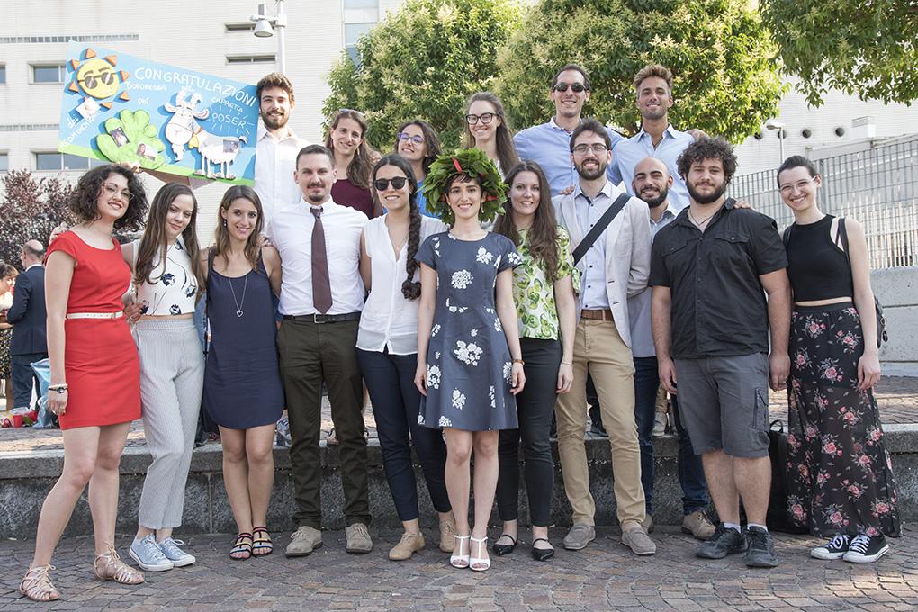 Valentina con i suoi amici il giorno della sua laurea, due anni fa