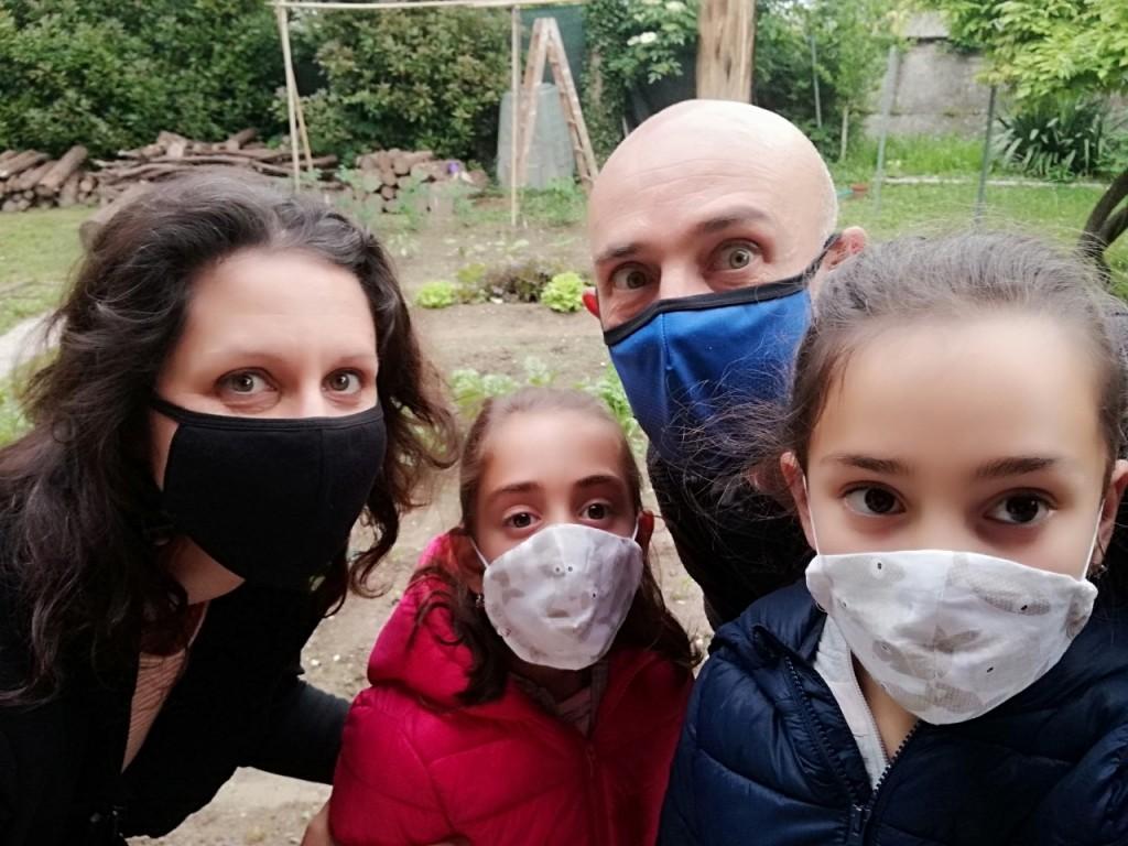 Martina, il suo compagno Ignazio e le loro figlie Carmen ed Emilia in una foto che racconta questo nostro tempo
