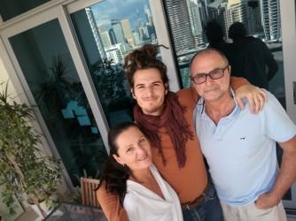Roberta, il figlio Jacopo e il marito Gianfranco nella loro casa di Dubai
