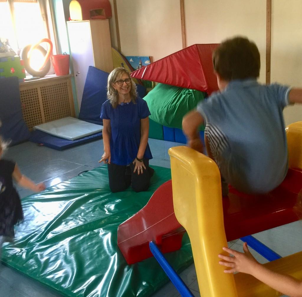 Carla al lavoro con i bambini prima del Coronavirus
