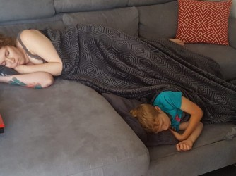 Sara e Diego dormono in salotto, un'immagine di tranquillità