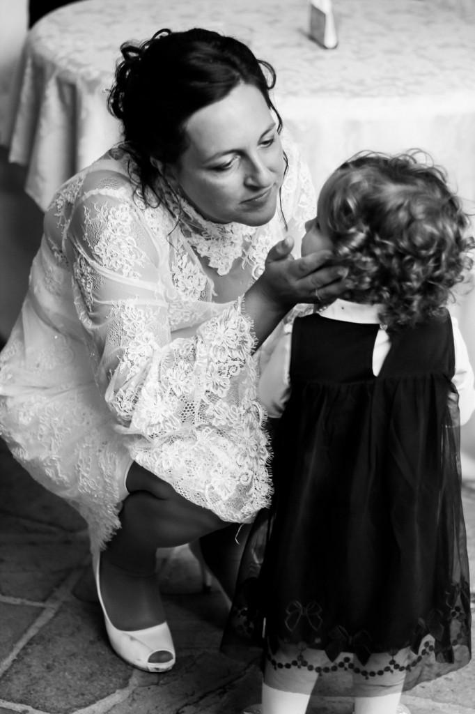 Arianna il giorno del suo matrimonio dà una carezza alla figlia