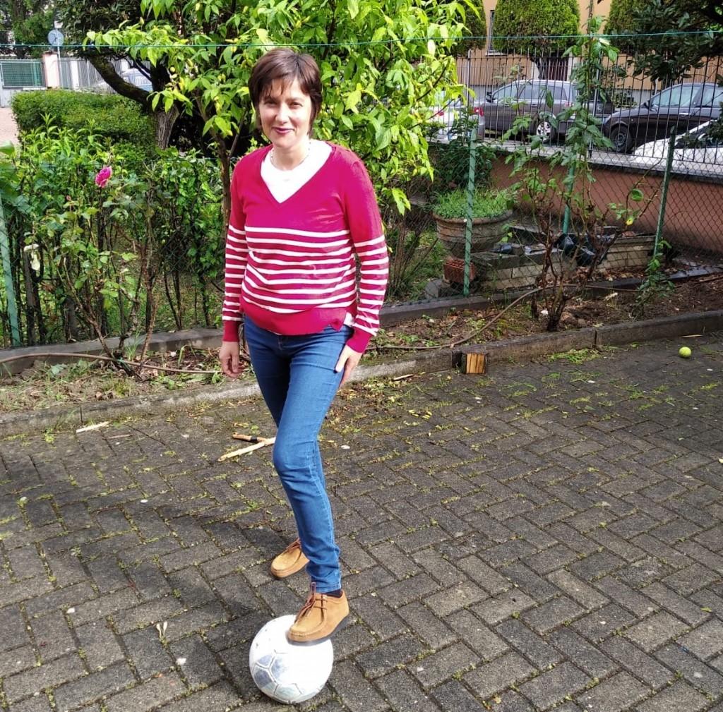 Giulia nel suo cortile condominiale dove ha giocato molto a palla con suo figlio