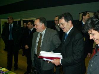 Andrea, al centro, insieme a Romano Prodi in una foto di alcuni anni fa