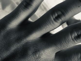 La mano dell'amica di Giovanna, la violenza cui è sottoposta non le permette di mostrarsi