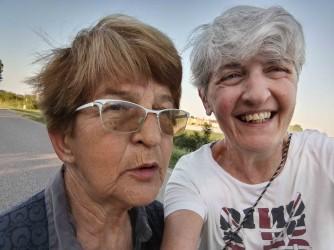 Marisa e Gisa si sono scattate questo selfie sull'argine del Po