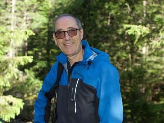 Lamberto ama leggere, fare fotografie e lunghe escursioni in montagna