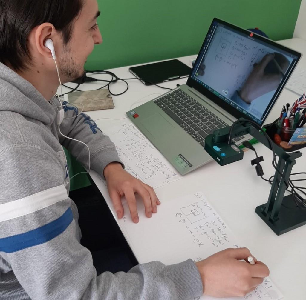 La postazione di lavoro di Alessandro durante le sue esercitazioni on line