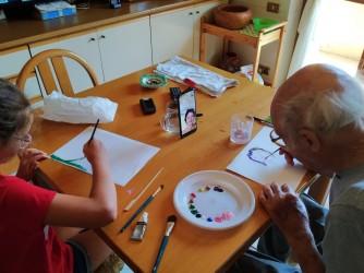 Un anno fa Benito fu ritratto alla slot, ora è in casa a dipingere insieme a una delle nipotine