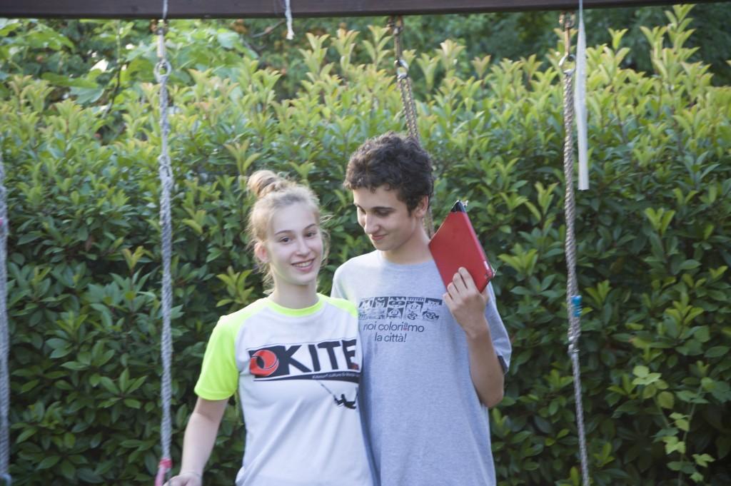 Giovanna con suo fratello Nicolò, affetto da autismo, non parla ma ascolta musica con il suo iPad