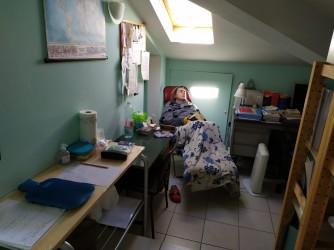 Monia nella soffitta di casa sua durante il suo forzato isolamento